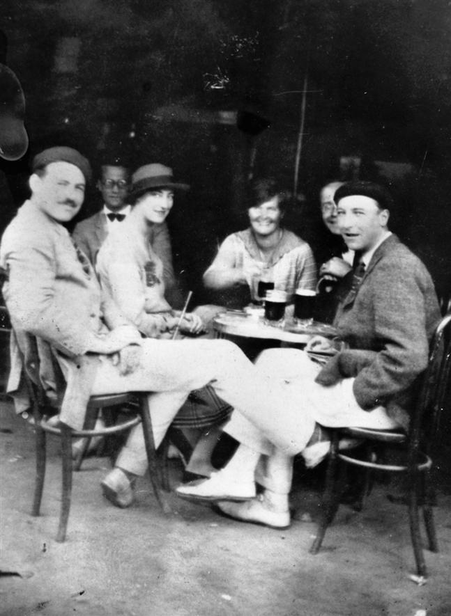 Hemingway en un café de Pamplona 1925