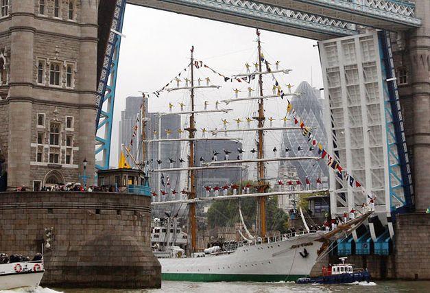 El Gloria, buque escuela de la Armada de Colombia y construido en Bilbao, bajo el Puente de Londres