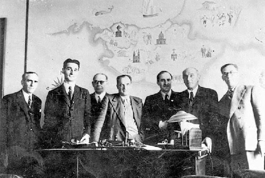 El Lehendakari Agirre con miembros de su gobierno en la sede del Gobierno Vasco en el exilio de la Avenue Marceau de París. Foto: Fondo María Goñi-Doroteo Ziaurriz