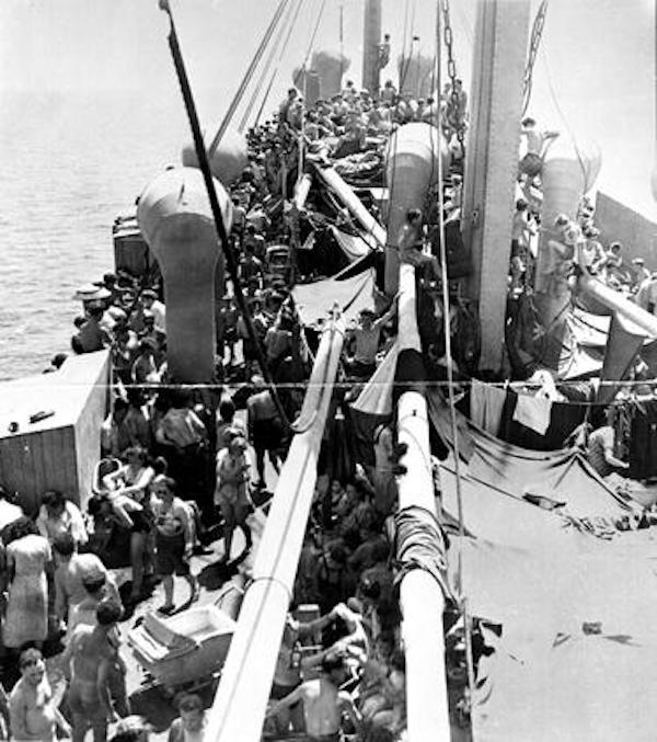 El Pan York trasladando a los supervivientes judíos de los campos de concentración camino del  territorio del Mandato Británico de Palestina