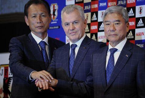 Javier Aguirre junto al presidente de la Federación de Fútbol Japonesa, Kuniya Daini (derecha) y el secretario general de ese organismo, Hiromi Hara (izquierda). (EFE)