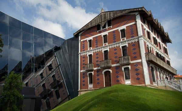 Cristóbal Balenciaga museum, left, attached to a former palacio in Getaria, Spain. (LAObserver)