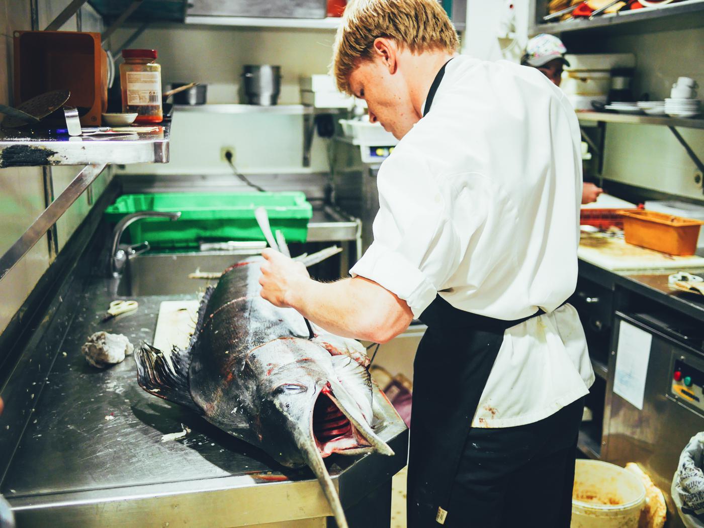 Restaurante Ziaboga-Hondarribia. Preparando un pez-espada