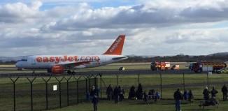 El vuelo EasyJet EZY1877 en el momento del aterrizaje no programado en el Aeropuerto de Manchester, acompañado de camiones de Bobmberos El vuelo EasyJet EZY1877 en el momento del aterrizaje no programado en el Aeropuerto de Manchester, acompañado de camiones de Bomberos (fotografía: @daveb257)