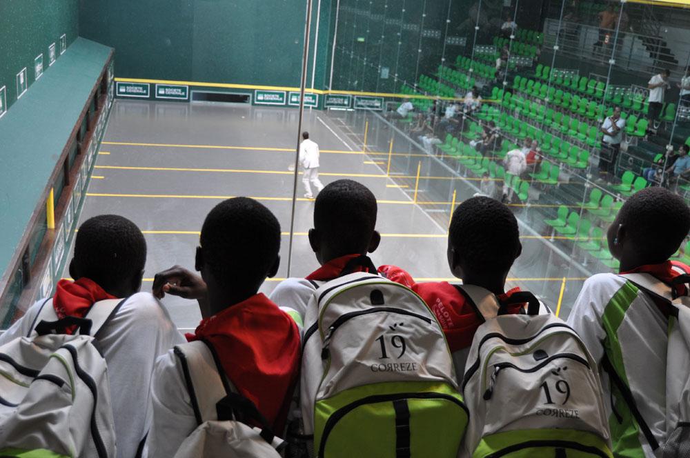 8 jóvenes togoleses pudieron asistir a los Campeonatos del Mundo de Pelota vasca celebrados en Pau (Togo19)