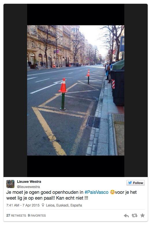 Twee sobre los  bolardos causantes del accidente en la Vuelta Ciclista al Pais Vasco