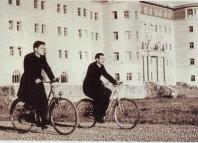 Seminarista en Bicicleta ante el Seminario de Derio