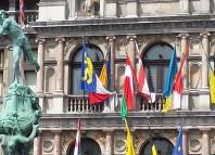 La ikurriña ondea de forma habitual en la fachada del ayuntamiento de Amberes