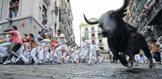 Hemingway y la Fiesta de San Fermín en Pamplona Polémica, discutida, irresistible, así es esta concentración en toda Navarra. En total, son nueve días de alegría desenfrenada con el toro como rey.