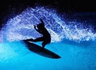 Surfeando por la noche en el wavegarden