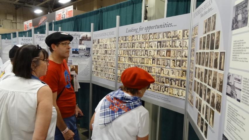 Uno de los paneles juntaba fotos de los inmigrantes vascos y mucha gente buscaba a algún familiar de entre la información sobre ellos.