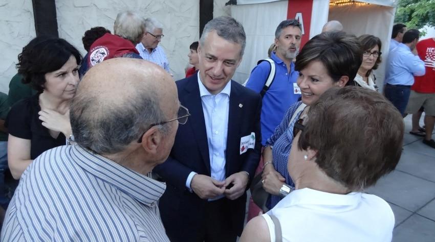 """El Lehendakari Urkullu llegó a Boise ayer a las seis y le dio la bienvenida en el aeropuerto el alcalde de Boise, Dave Bieter. Después, él fue al """"Basque Block"""", donde saludó a todos y sacó fotos con los muchísimos asistentes del Jaialdi."""