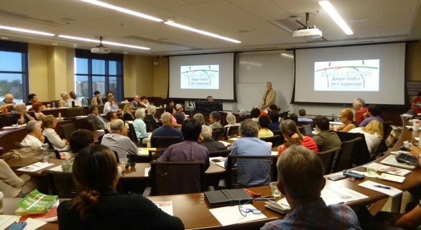 """La apertura del Simposio de Estudios Vascos """"Joan Etorria"""" en la Universidad Estatal de Boise. En la fotografía, el antropólogo William A. Douglass habla con el público"""