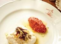 Merluza cocinada al estilo vasco con ajo y salsa romesco
