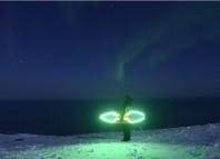 Tres surfers vascos practicando su deporte en Islandia en pleno inviero