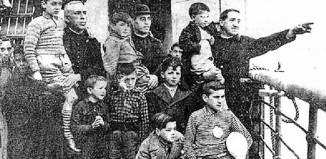 Niños vascos evacuados durante la Guerra Civil, en la cubierta de un barco camino del exilio, acompañados por sacerdotes católicos. (Fotografia:Fundación Sabino Arana)