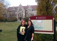 La escritora Miren Agur Meabe y su traductora literaria al inglés, Amaia Gabantxo, en la Universidad de Chicago