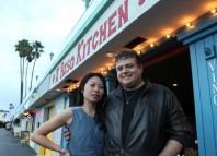 """Beñat ibarra y su esposa a la puerta de su restaurante """"A Basq Kitchen"""" en el Puerto de Los Ángeles"""