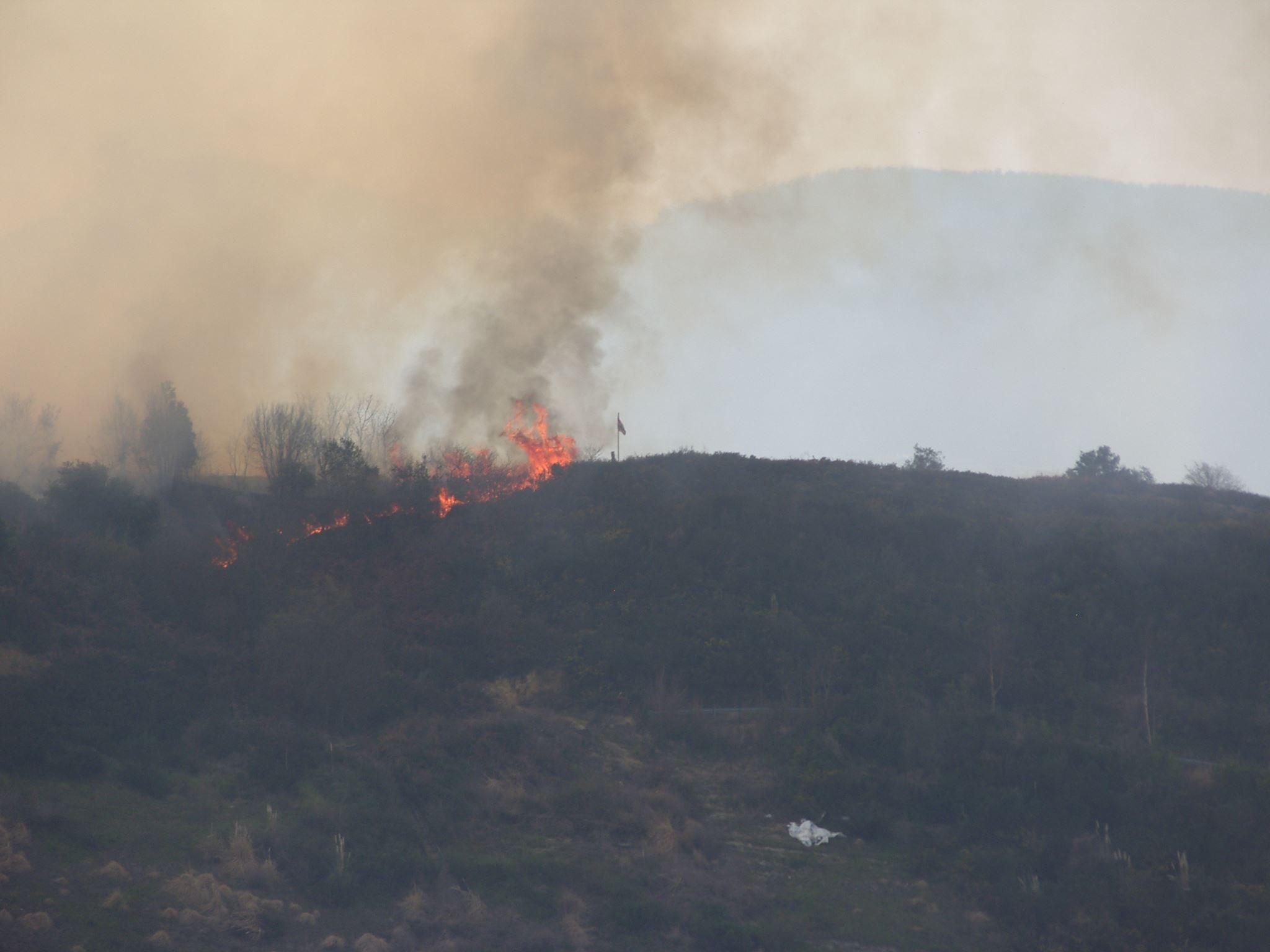 Imagen del fuego acercándose a la Ikurrina que corona el Monte Urko en Berango