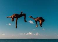 Jovenes saltan en la Baía de Todos los Santos. Bahia. La tierra de la alegría. Fotografía de Marcio Pimenta