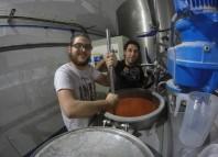 """Fotografía: Un """"Perro Libre"""" y un """"Laugar"""" en plena fanea de preparación de la cerveja Braskadi garagardoa"""