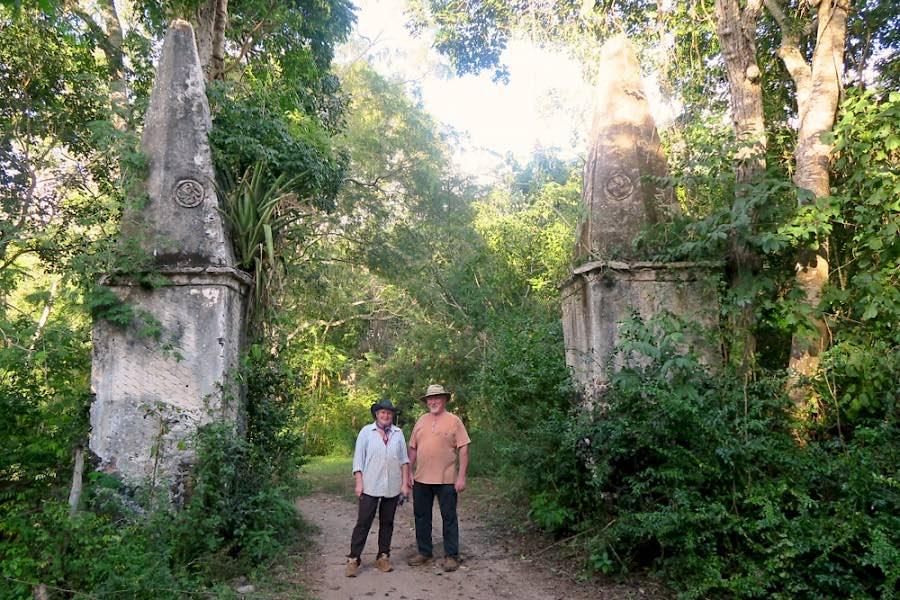 Entrada a las ruinas de la Hacienda Santa Maria y sus postes grabados con lauburus