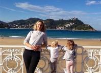 joanna Tweedy, la autora del reportaje, con su hijos en Donostia