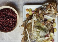 The Guardian publica un artículo sobre el nuevo libro de gastronomía vasca de José Pizarro - Back to Basque: roast John Dory, alubias de Tolosa and pancetta Photograph: Laura Edwards for the Observer