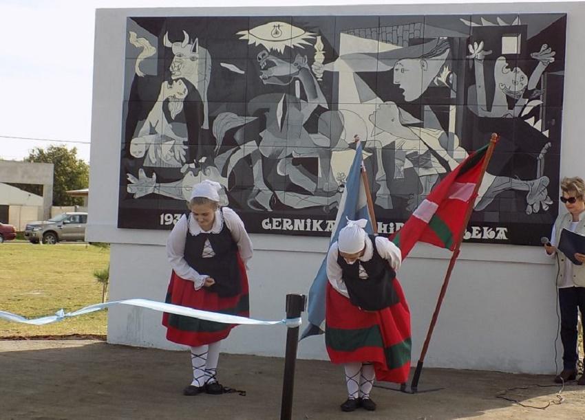 """Picassoren """"Gernika""""ren irekieraren momentua Hiru Errekan (Argentinan) – Argazkia Euskal Kultura"""