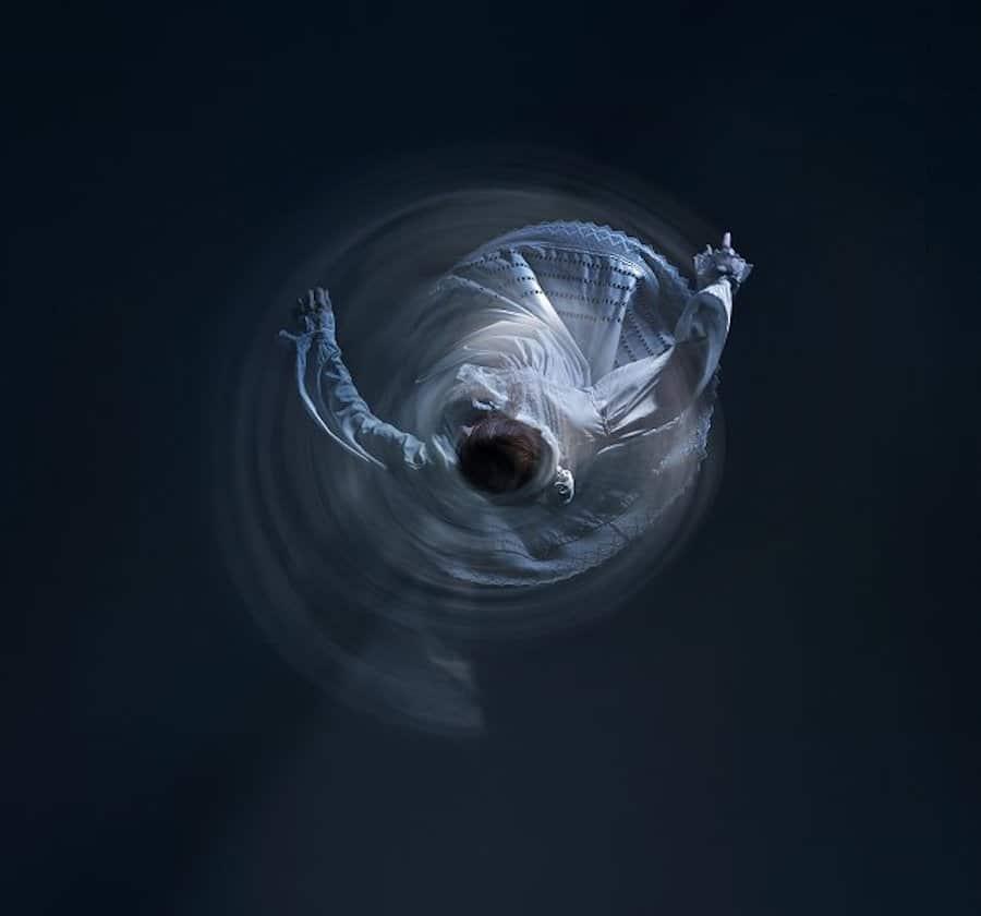 """Fotografía que ilustra el símil de un electrón atrapado """"bailando"""" alrededor del núcleo atómico."""