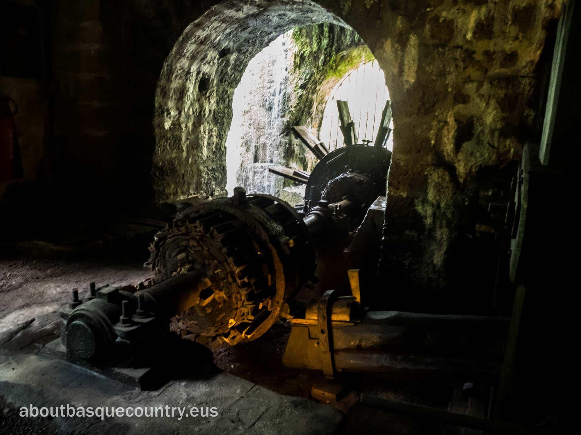 Un detalle del Ingenio Hidráulico que mueve el martillo pilón de la ferrería de El Pobal