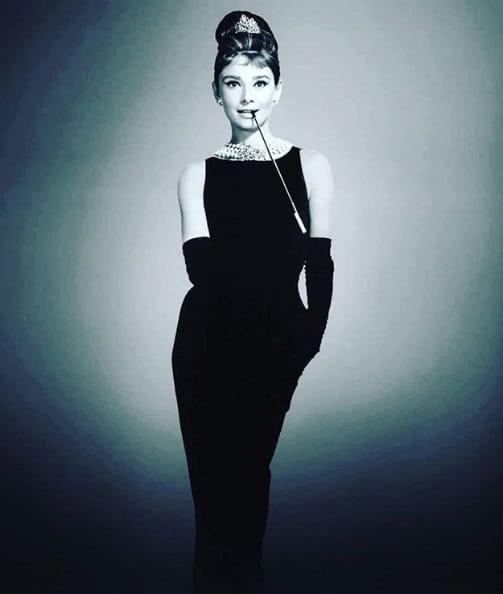 """Audrey Hepburn con el vestido de Hubert de Givenchy que luce en """"Desayuno con diamantes"""""""