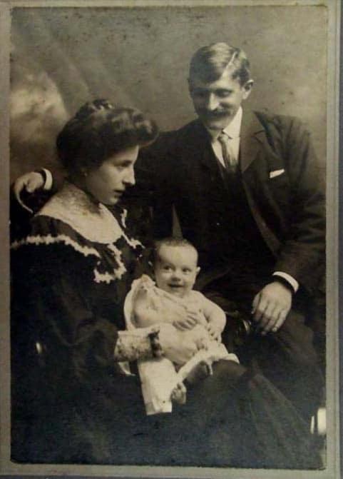 Vicente Elordieta con sus padres en Liverpool