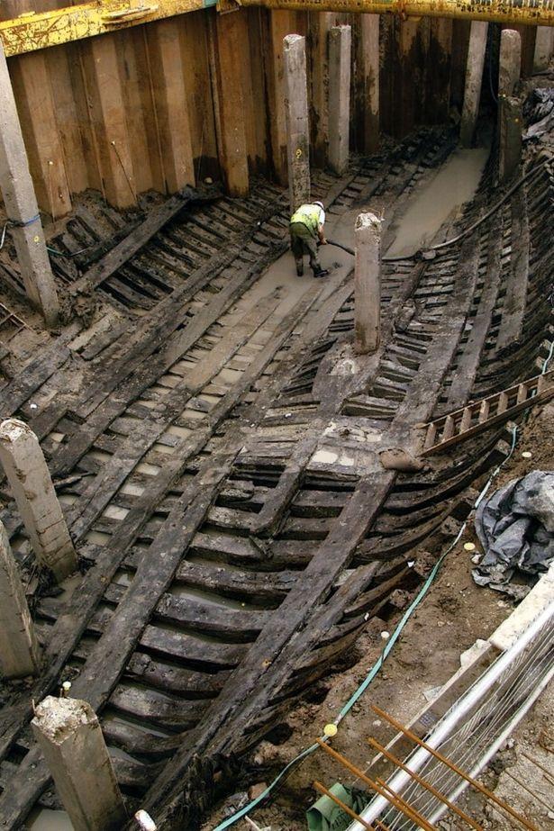 El Barco de Newport en el fondo del canal, durante su proceso de extracción